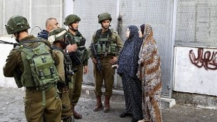 صورة توضيحية: جنود إسرائيليون في موقع هجوم طعن في تل الرميدة في مدينة الخليل بالضفة الغربية، 17 سبتمبر / أيلول 2016. (Wisam Hashlamoun/Flash90)
