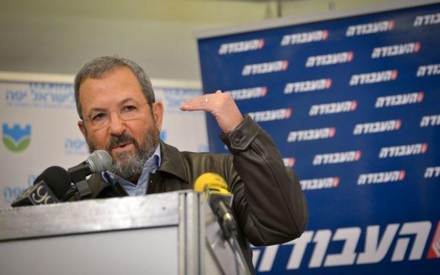رئيس الوزراء الأسبق إيهود باراك يشارك في مؤتمر صحفي عقده حزب 'العمل' الإسرائيلي، في تل أبيب، 29 يناير، 2017. (FLASH90)