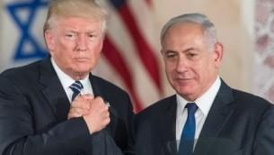 الرئيس الأمريكي دونالد ترامب، من اليسار، ورئيس الوزراء بينيامين نتنياهو يتصافحان بعد الإدلاء بالتصريحات النهائية في 'متحف إسرائيل' في القدس قبل مغادرة ترامب لإسرائيل، 23 مايو، 2017. (Yonatan Sindel/Flash90)