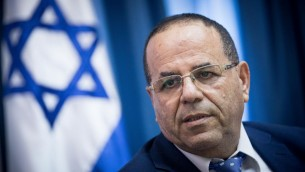 وزير الاتصالات أيوب قرا يعقد مؤتمرا صحفيا حول التحركات لإغلاق مكاتب الجزيرة في القدس، 6 أغسطس 2017. (Yonatan Sindel/Flash90)