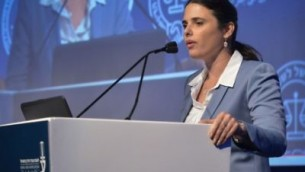 تتحدث وزيرة العدل أيليت شاكيد في مؤتمر العدالة لنقابة المحامين الإسرائيلية في تل أبيب في 29 أغسطس / آب 2017. (Roy Alima/Flash90)