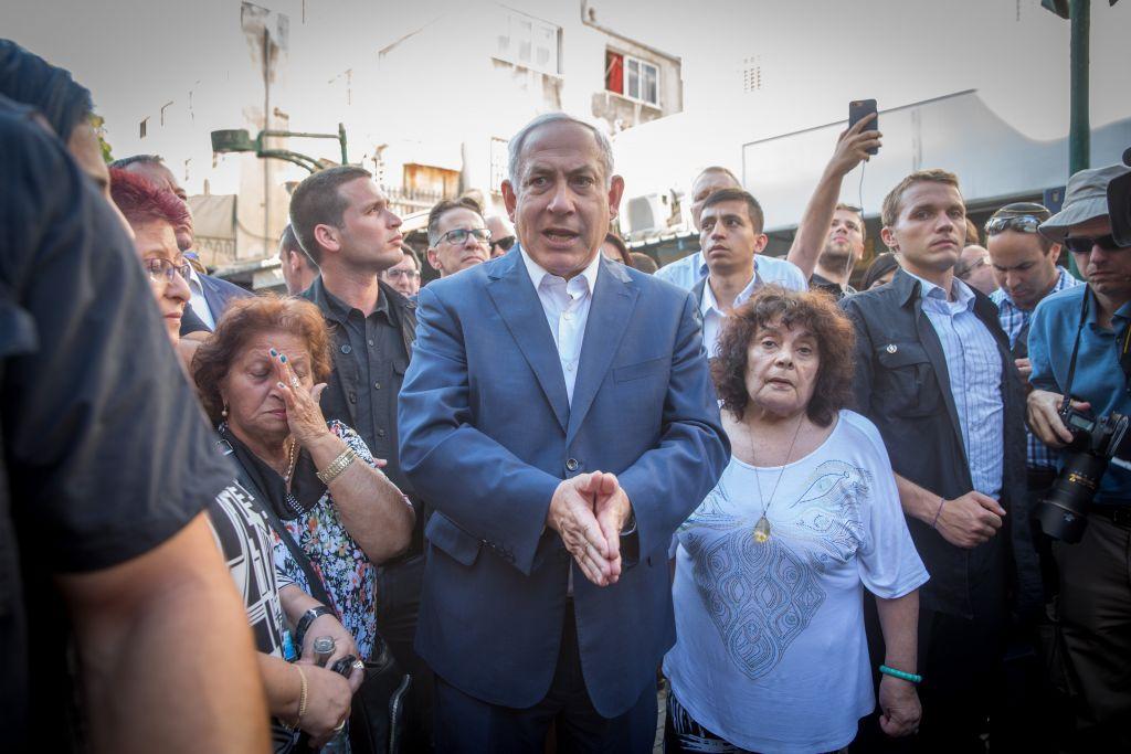 يجتمع رئيس الوزراء بنيامين نتنياهو مع سكان جنوب تل أبيب خلال جولة في الحي، 31 أغسطس / آب 2017. (Miriam Alster/Flash90)