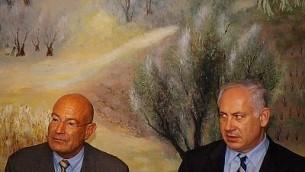 ارنون ميلشان وبنيامين نتانياهو يحضران مؤتمرا صحفيا في الكنيست في القدس في 28 اذار / مارس 2005. (Flash90)
