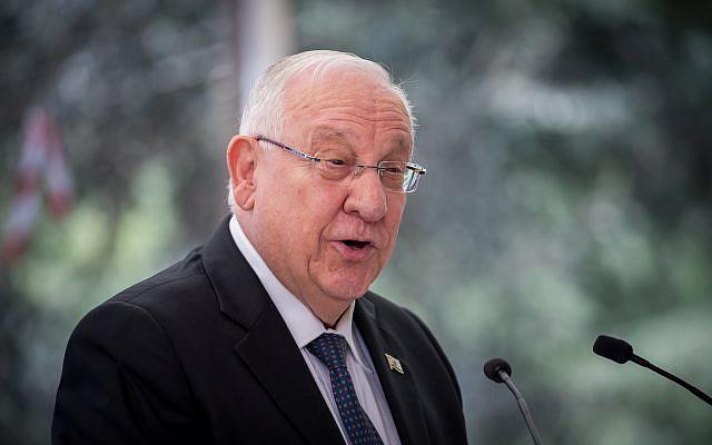 رئيس الدولة رؤةفين ريفلين خلال مراسم لإحياء ذكرى مرور عام على وفاة رئيس الدولة السابق شمعون بيرس في مقبرة 'جبل هرتسل' في القدس، 14 سبتمبر، 2017. (Yonatan Sindel/Flash90)