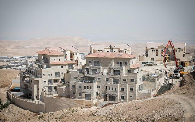بناء مساكن جديدة في مستوطنة معاليه أدوميم في 25 سبتمبر 2017. (Miriam Alster/Flash90)