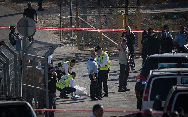 قوى الأمن الإسرائيلية في المكان الذي فتح فيه فلسطيني النار على حراس أمن في مستوطنة هار أدار، ما أسفر عن مقتل ثلاثة وإصابة آخر بجروح خطيرة، 26 سبتمبر، 2017. (Hadas Parush/FLASH90)