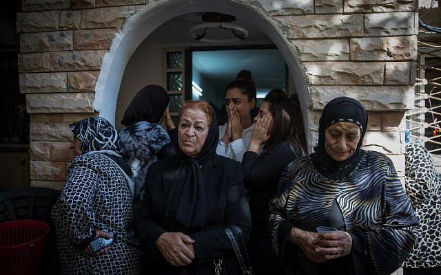 أصدقاء وأقارب يشاركون في جنازة يوسف عثمان في أبو غوش، 26 سبتمبر، 2017. عُثمان قُتل في هجوم نفذه مسلح فلسطيني يوم الإثنين عند مدخل مستوطنة هار أدار الإسرائيلية خارج القدس. (Hadas Parush/Flash90)