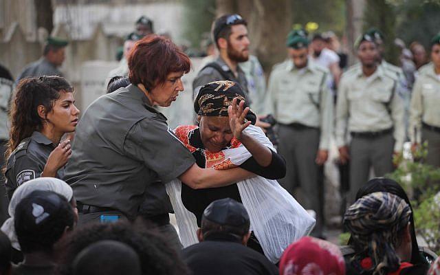 أصدقاء وأبناء عائلة يشاركون في جنازة شرطي حرس الحدود سولومون غفاريا، في بئر يعكوف، 26 سبتمبر، 2017. (Miriam Alster/Flash90)