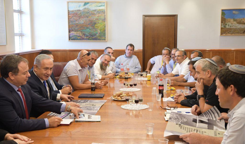 رئيس الوزراء بنيامين نتنياهو يلتقي بقادة مجلس يشاع في مكتب رئيس الوزراء في القدس، 27 سبتمبر 2017 (Amos Ben Gershom/GPO)