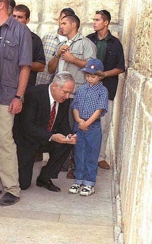 رئيس الوزراء بنيامين نتنياهو وابنه يائير يزوران حائط المبكى في القدس عشية رأس السنة اليهودية، 1998. (GPO)