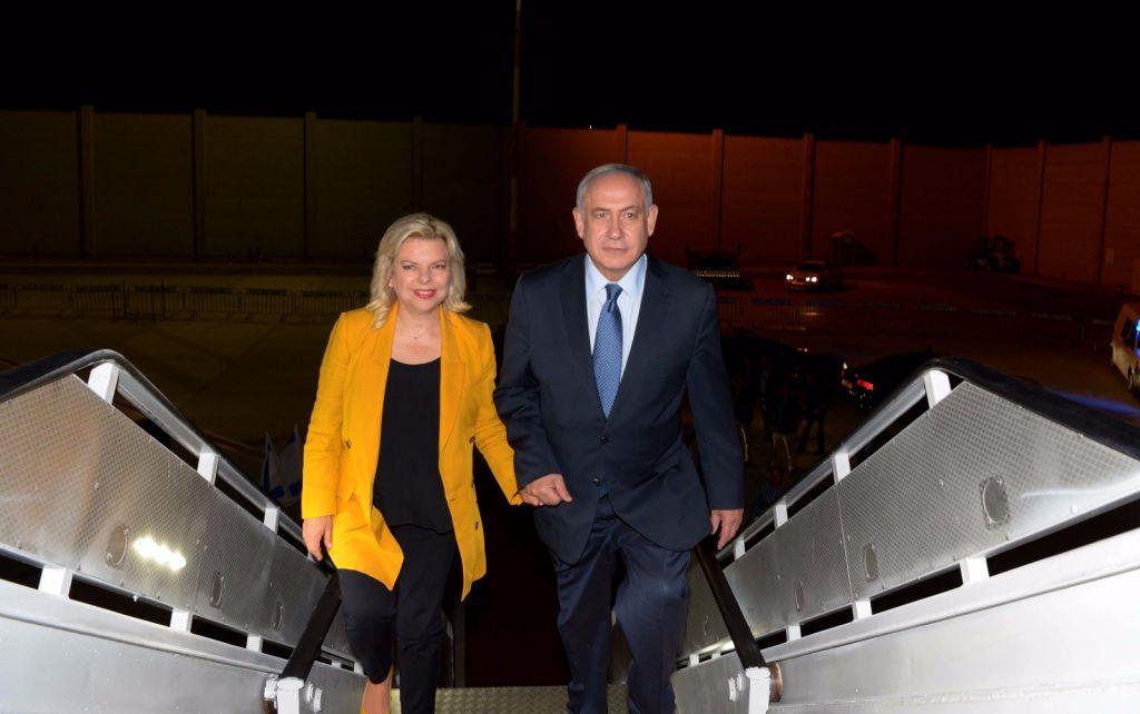رئيس الوزراء بينيامين نتنياهو (من اليمين) وزوجته سارة يصعدان الطائرة متوجهين إلى أمريكا اللاتينية في زيارة رسمية تستمر لعشرة أيام في 10 سبتمبر، 2017. (Raphael Ahren/Times of Israel)