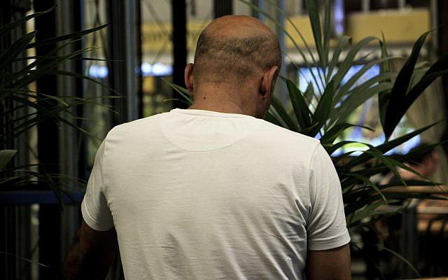 وليد، فلسطيني مر بتعذيب في يجون السلطة الفلسطينية بسبب عمله مع الشاباك (Dov Lieber / Times of Israel)
