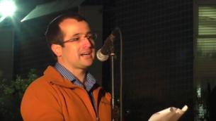 يتحدث المحامي الناشط إيتاي ماك خلال حفل في أبريل 2015. (Screen capture: YouTube)