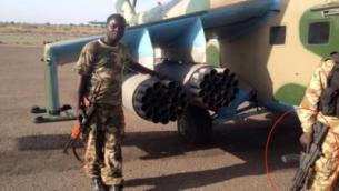 يحمل جندي من جنوب السودان، (يمين) ، بندقية من طراز جليل إسرائيلية الصنع (محاطة بدائرة حمراء)، إلى جانب جندي آخر يحمل ما يبدو أنه بندقية هجومية من طراز AK-47. (United Nations)