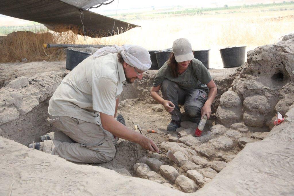 الدكتور فلوريان كليمشا (يسار) من القسم الأوروبي الآسيوي في المعهد الأثري الألماني في برلين يحفر في تل تساف في صيف 2017. (Facebook)