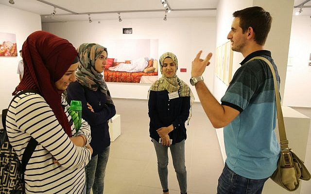 مشاركون في لقاء نظمته 'تاغ مئير' في صالة عرض للفنون في أم الفحم. (Yossi Zamir / Tag Meir)