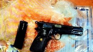 مسدس يعتقد الشباك انه خطط عربيان اسرائيليان يدعمان داعش لاستخدامه لتنفيذ هجوم في الحرم القدسي (Shin Bet)