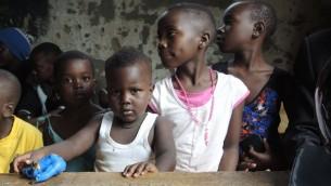 """أيتام في كامبالا يشاركون في يوم من الأنشطة التي نظمه طلاب """"كوم ترو"""" في 1 سبتمبر 2017. (Melanie Lidman/Times of Israel)"""