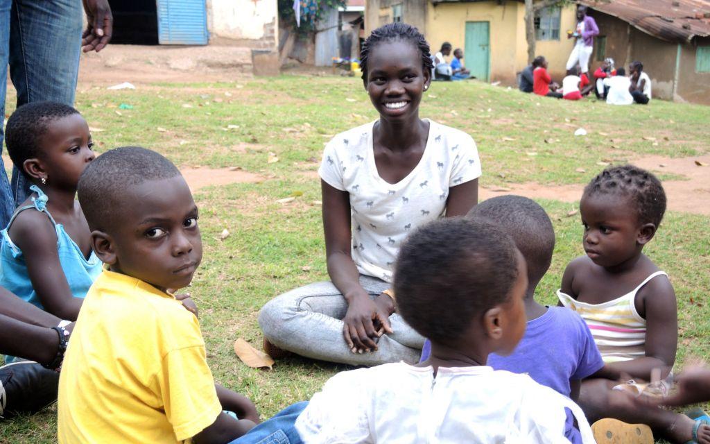 """طلاب """"كوم ترو"""" وفروا مصروفهم الجيبي بقيمة حوالي 30 شيكل شهريا لشراء الصابون والوجبات الخفيفة وغيرها من الضروريات لأيتام كامبالا في 1 سبتمبر 2017. (Melanie Lidman/Times of Israel)"""