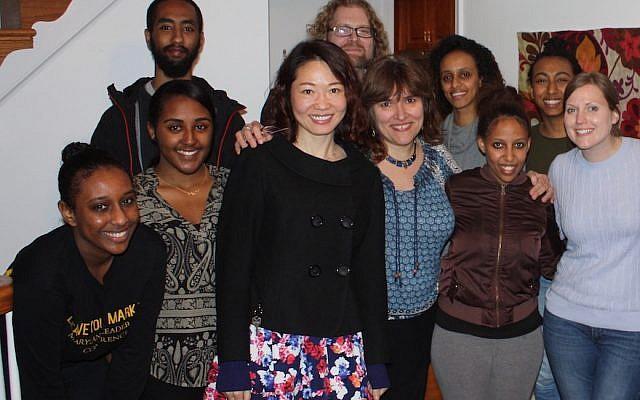 صورة غير مؤرخة لميليسا لاندا مع بعض الطلاب من جامعة ميريلاند. (Courtesy of Landa)