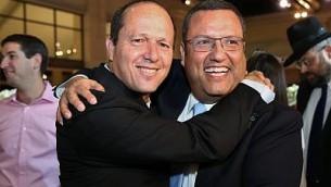 موشيه ليون (من اليمين) ورئيس بلدية القدس نير بركات، خلال حفل زواج ابنة ليون في نيفيه إيلان، 19 يونيو، 2016. (Yaakov Cohen/Flash90)