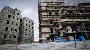 أعمال بناء مبان جديدة في بلدة تيلز-ستون الحريدية خارج مدينة القدس، 21 مارس، 2016. (Nati Shohat/FLASH90)