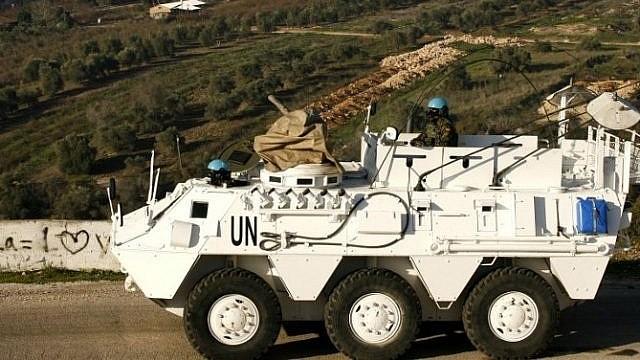 ملف: قوات حفظ سلام من اليونيفيل تقود سيارة مدرعة في بلدة العديسة اللبنانية، بالقرب من الحدود مع إسرائيل، في 19 يناير / كانون الثاني 2015. (AFP/Mahmoud Zayyat)