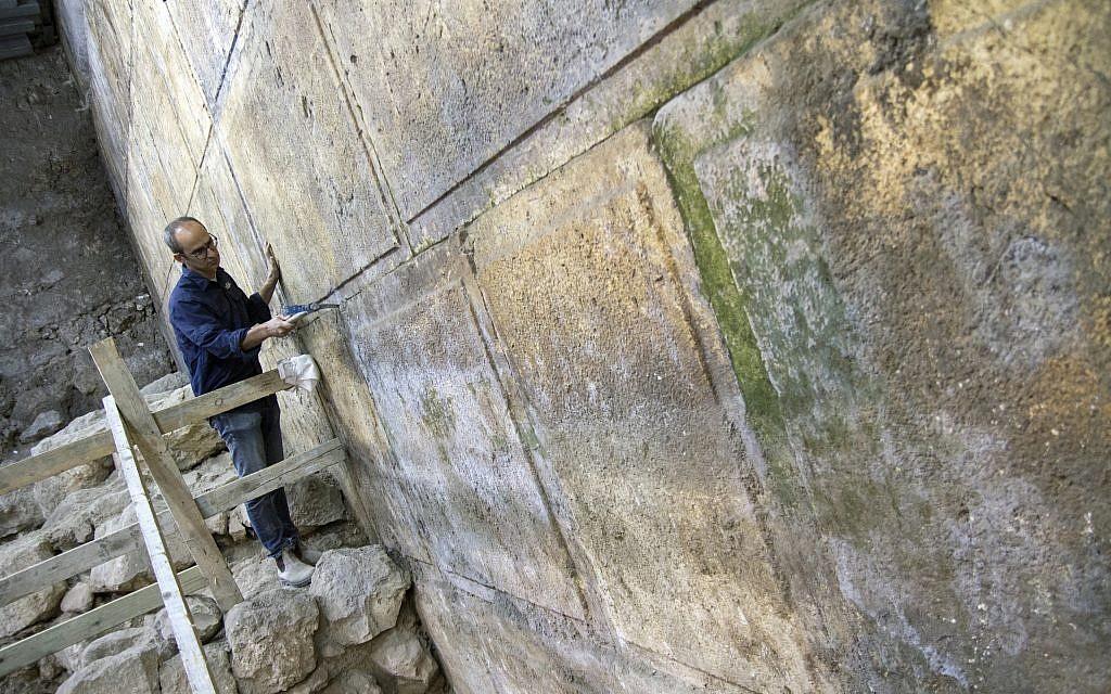 اكتشاف ثمانية طبقات من حائط المبكى في التنقيب. (Yaniv Berman, courtesy of the Israel Antiquities Authority)