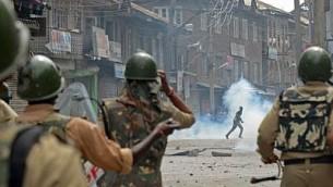 اشتباكات بين كشميريين والشرطة الهندية خلال مظاهرة ضد العمليات العسكرية الإسرائيلية في غزة، في وسط مدينة سريناجار في 18 يوليو / تموز 2014. (AFP/Tauseef Mustafa)