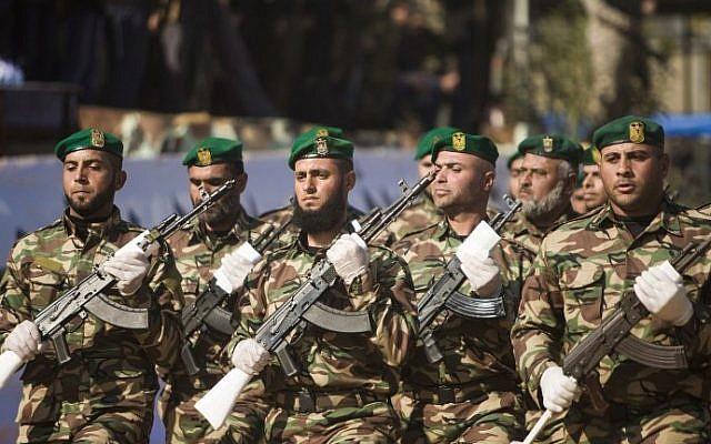 عناصر من قوى الأمن التابعة لحركة 'حماس' يشاركون في حفل تخرج في مدينة غزة، 22 يناير، 2017. (AFP/Mahmud Hams)
