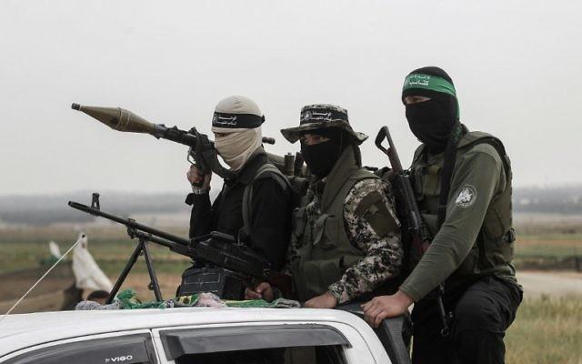 أعضاء كتائب عز الدين القسام وهو الجناح العسكري لحركة المقاومة الاسلامية حماس في تجمع بمناسبة يوم الارض بالقرب من الحدود الاسرائيلية مع رفح شرقي قطاع غزة في 30 مارس 2017. (AFP/Said Khatib)