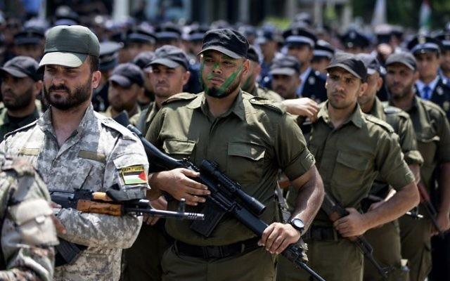 عناصر من القوات الفلسطينية الموالية لحركة 'حماس' تشارك في مسيرة عسكرية في مدينة غزة في 26 يوليو، 2016 في خضم التوترات بين إسرائيل والمصلين المسلمين في الحرم القدسي. (AFP PHOTO / MAHMUD HAMS)