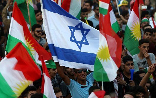 يرفع الأكراد العراقيون علم إسرائيل وأعلام كردية خلال حدث لحث الناس على التصويت في استفتاء الاستقلال المقبل في أربيل، عاصمة إقليم كردستان المستقل في شمال العراق، في 16 سبتمبر / أيلول 2017. (AFP/Safin Hamed)