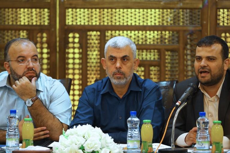 يحيى السنوار (وسط الصورة)، قائد 'حماس' في غزة، يشارك في لقاء مع شبيبة الحركة في مدينة غزة في 28 سبتمبر، 2017. (AFP PHOTO / MOHAMMED ABED)