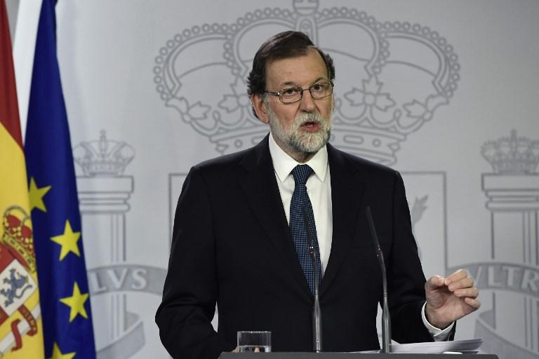 رئيس الوزراء الإسباني ماريانو راخوي يتحدث خلال مؤتمر صحفي في قصر 'لا مونكلوا' في مدريد، 1 أكتوبر، 2017. (AFP PHOTO / JAVIER SORIANO)
