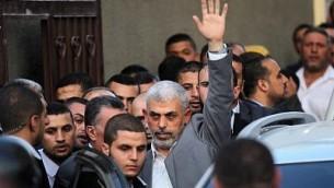 قائد حركة حماس في غزة يحيى السنوار عند وصوله للقاء برئيس الوزراء الفلسطيني رامي الحمد الله في غزة، 2 اكتوبر 2017 (AFP Photo/Said Khatib)