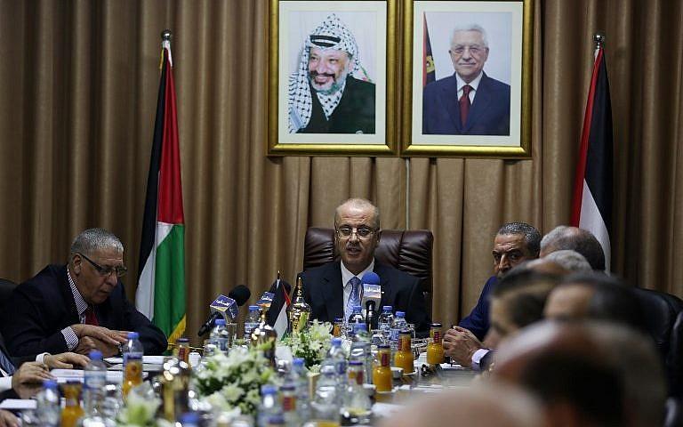 رئيس السلطة الفلسطينية رام الحمد الله (وسط الصورة) بترأس اجتماع لحكومة المصالحة في مدينة غزة، 3 أكتوبر، 2017. (AFP Photo/Pool/Mohammed Abed)
