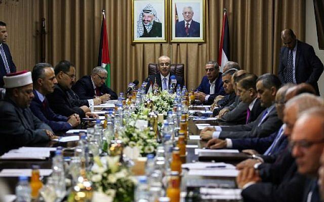 رئيس السلطة الفلسطينية رام الحمد الله (وسط الصورة) بترأس اجتماع لحكومة المصالحة في مدينة غزة، 3 أكتوبر، 2017. (MOHAMMED ABED / AFP)