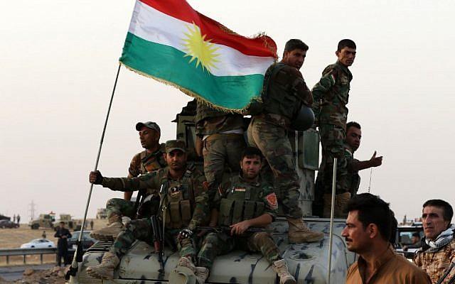 يقف عناصر من قوات الأمن الكردية العراقية على الحراسة عند نقطة تفتيش في ألتون كوبري، على بعد 40 كيلومترا جنوب أربيل، عاصمة المنطقة الكردية المتمتعة بالحكم الذاتي في شمال العراق في 16 أكتوبر / تشرين الأول 2017. (AFP/afin Hamed)