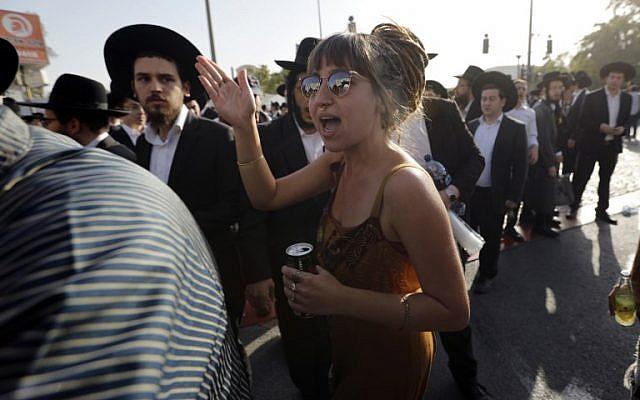 صورة توضيحية: امرأة إسرائيلية تصرخ على اليهود الأرثوذكس المتظاهرين في القدس ضد تجنيد أفراد مجتمعهم للجيش الإسرائيلي في 19 أكتوبر / تشرين الأول 2017. (AFP Photo/Menahem Kahana)