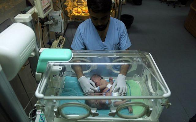 توأم سيامي حديث الولادة في حاضنة، 22 أكتوبر، 2017 في مستشفى 'الشفاء' في مدينة غزة. (MAHMUD HAMS / AFP)