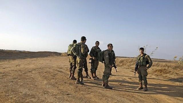 جنود اسرائيليون خلال دورية بالقرب من الحدود الإسرائيلية مع قطاع غزة، بجوار كيبوتس كيسوفيم، 30 اكتوبر 2017 (AFP PHOTO/MENAHEM KAHANA)