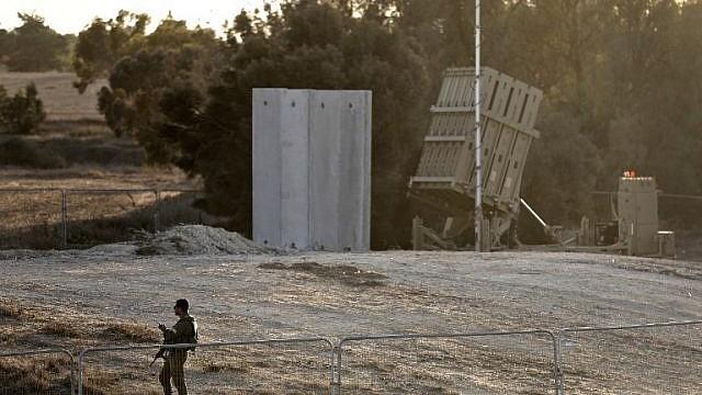 جندي اسرائيلي يحرس بطارية قبة حديدة للدفاع الجوي، بالقرب من الحدود الإسرائيلية مع قطاع غزة، بجوار كيبوتس كيسوفيم، 30 اكتوبر 2017 (AFP PHOTO/MENAHEM KAHANA)
