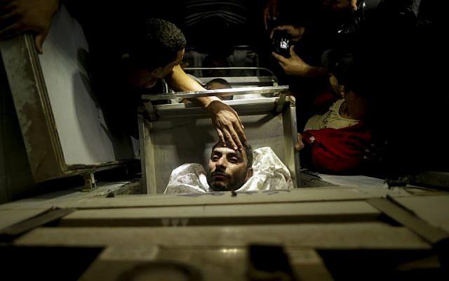 جثامين الفلسطينيين الذين قُتلوا في تفجير اسرائيلي لنفق يمتد من قطاع غزة الى داخل الاراضي الإسرائيلية، في مشرحة مستشفى الاقصى في دير البلح، في مركز قطاع غزة، 30 اكتوبر 2017 (AFP PHOTO/MAHMUD HAMS)