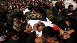 مشيعون يحملون جثمان عرفات أبو مرشد، أحد عناصر حركة 'الجهاد الإسلامي'، خلال جنازة فلسطينيين قُتلوا في عملية إسرائيلية لتفجير نفق امتد من قطاع غزة إلى داخل إسرائيل في مخيم البريج في وسط غزة، 31 أكتوبر، 2017. (MAHMUD HAMS / AFP)