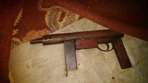 مسدس من صنع محلي صادره الجيش خلال مداهمة لمدينة الخليل في الضفة الغربية، 3 اكتوبر 2017 (Israel Defense Forces)