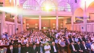 مئات من الضيوف في معبد تل أبيب العظيم، أغسطس 2015. (Israel Bardugo)