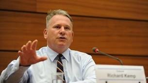 الكولونيل ريتشارد كمب يتحدث أمام مجلس حقوق الإسنان في جنيف، 29 يونيو، 2015. (courtesy UN Watch/ Oliver O'Hanlon)