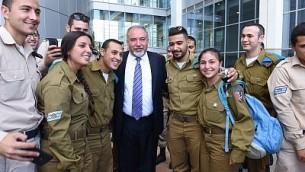 وزير الدفاع أفيغدور ليبرمان، في صورة من جنود إسرائيليين خلال حدث في وزارة الدفاع في تل أبيب، 10 أكتوبر، 2017. (Defense Ministry)