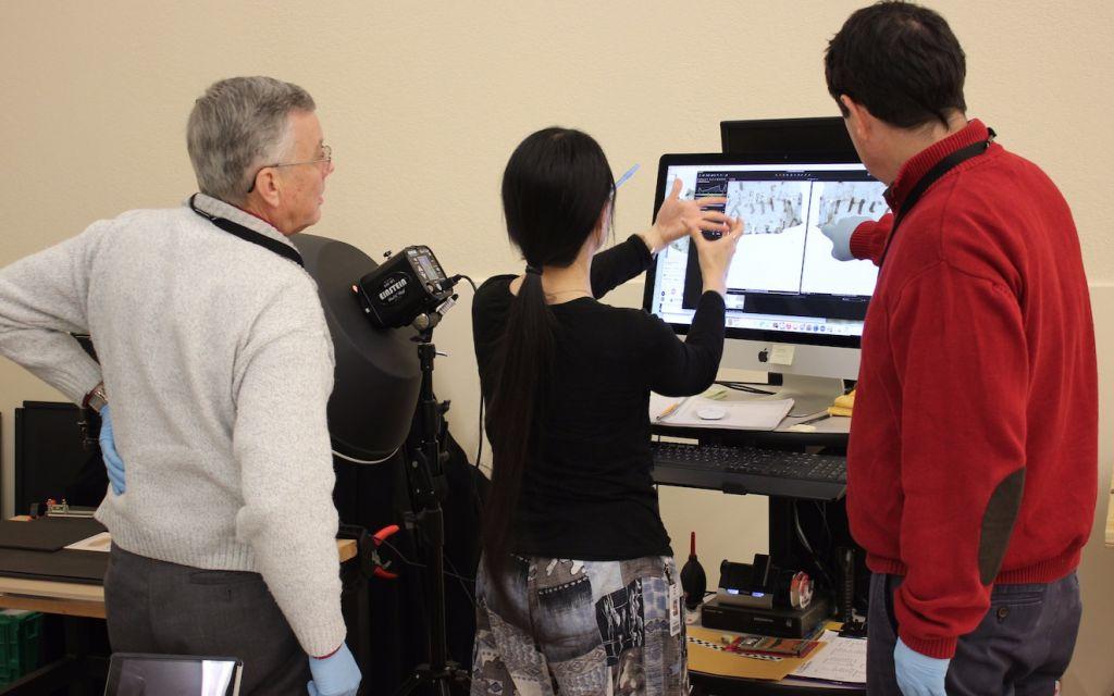 يستخدم العلماء أعلى معدات التصوير لدراسة ورق البردي من مجموعة المتحف.(Museum of the Bible)